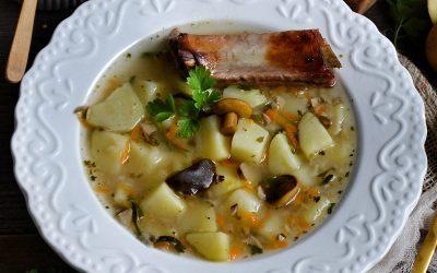 Kartoflanka z marynowanymi grzybkami i chrupiącym żeberkiem