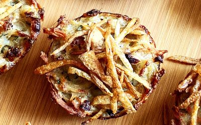 Muffinki ziemniaczane z parmezanem i chrustem z obierek