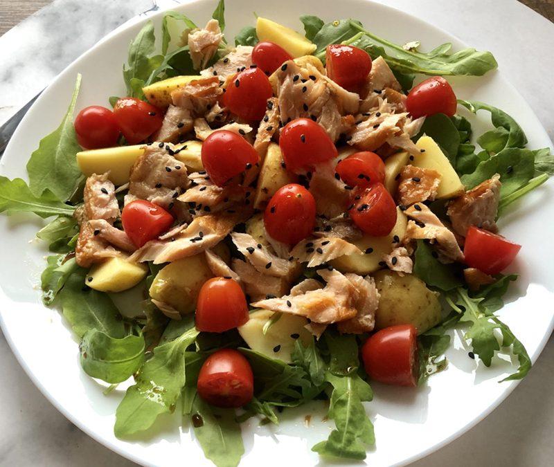 Sałatka z ziemniakami, łososiem i pomidorkami cherry
