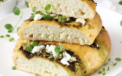 Chlebki ziemniaczane z sosem z czosnku niedźwiedziego z kozim serem