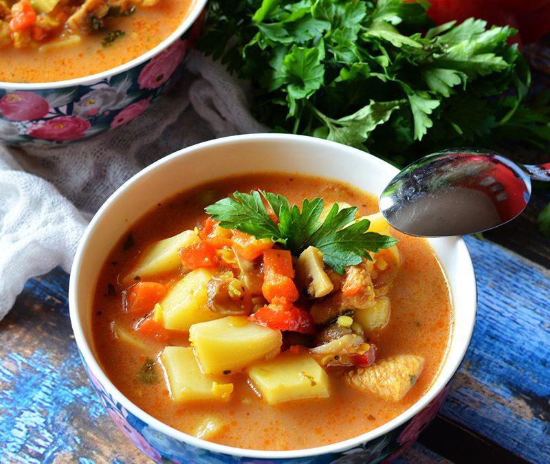 Egzotyczna zupa gulaszowa z masłem orzechowym, pomidorami i papryką